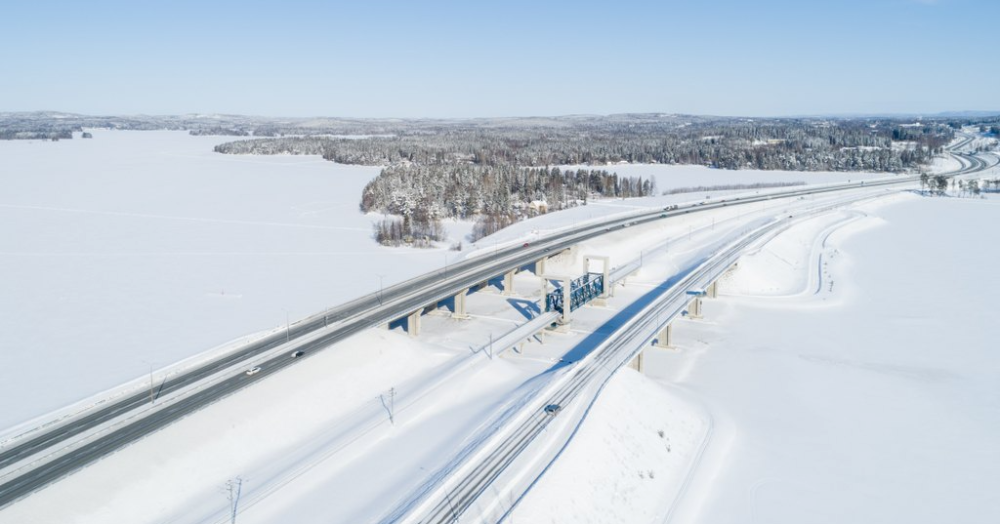 Aerial view, railway and road in winter (Photo: Juha Tuomi / Rodeo)