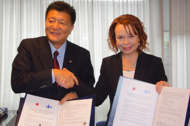 Ministers Shindo and Viitanen 19 Sept 2013 (photo MINTC)