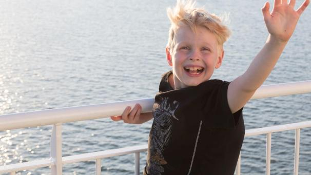 A boy waving on a ship deck (Photo: Rodeo, Juha Tuomi)