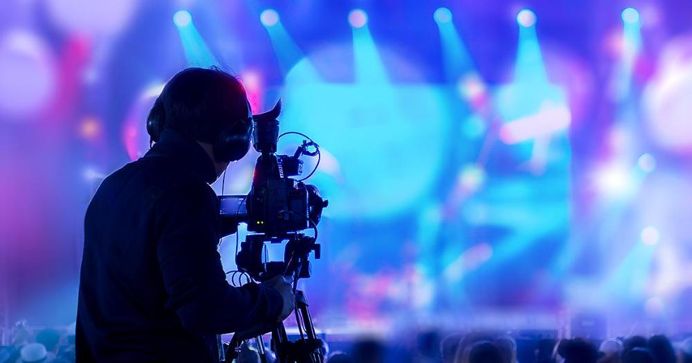 Man tar video i konsert (Bild: Shutterstock)