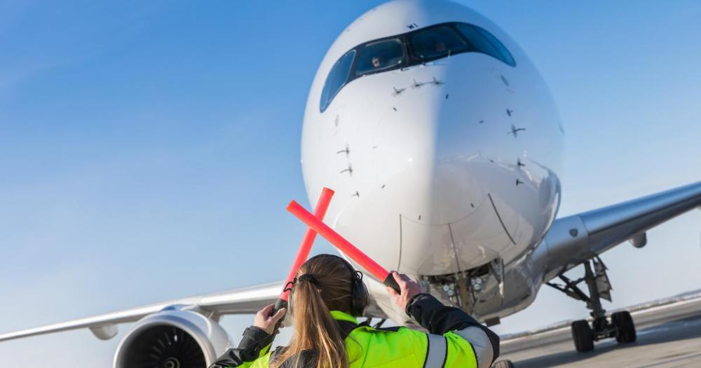 Directing an airplane on a runway at Helsinki Airport (Photo: Juha Tuomi / Rodeo)