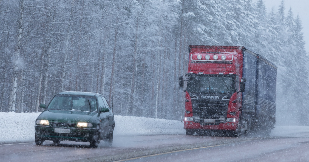 A car aand a truck on a road, winter, snowing (Photo: Juha Tuomi)