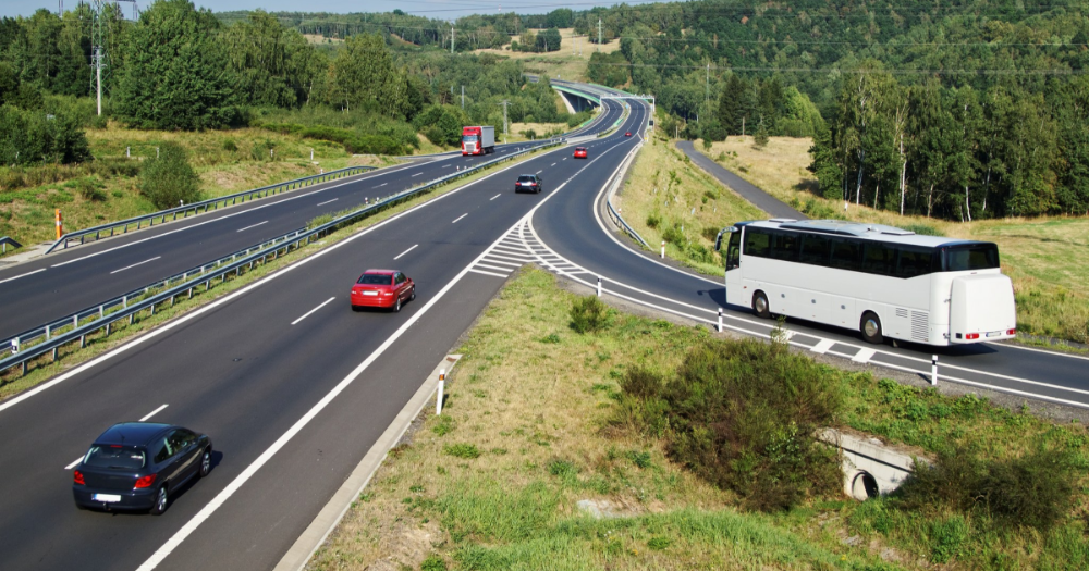 Cars and a bus on the road (Photo: Shutterstock)