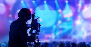 A man filming a consert (Photo: Shutterstock)